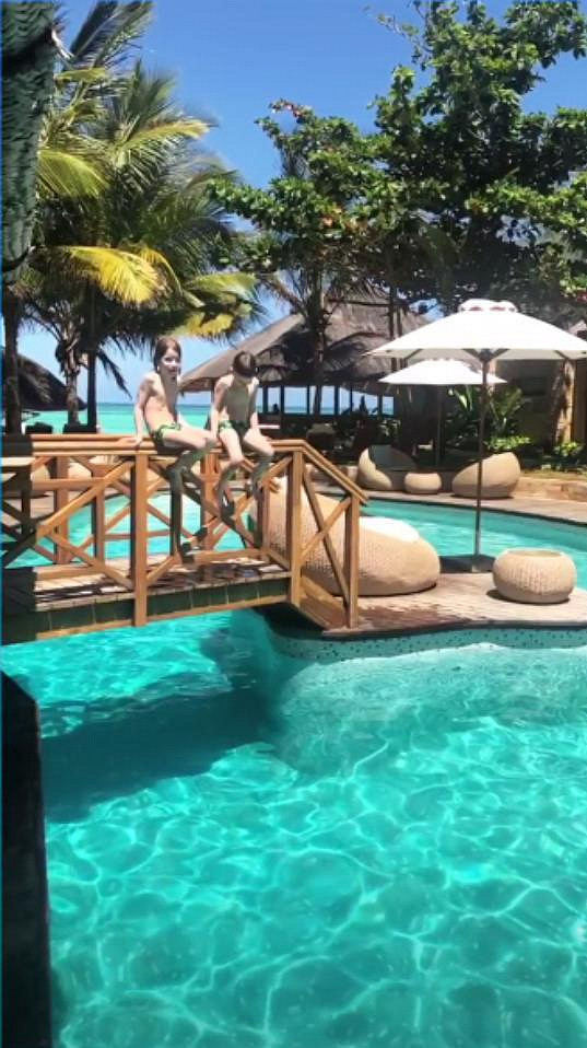Hned po příjezdu do hotelového komplexu vyrazili kluci do bazénu.