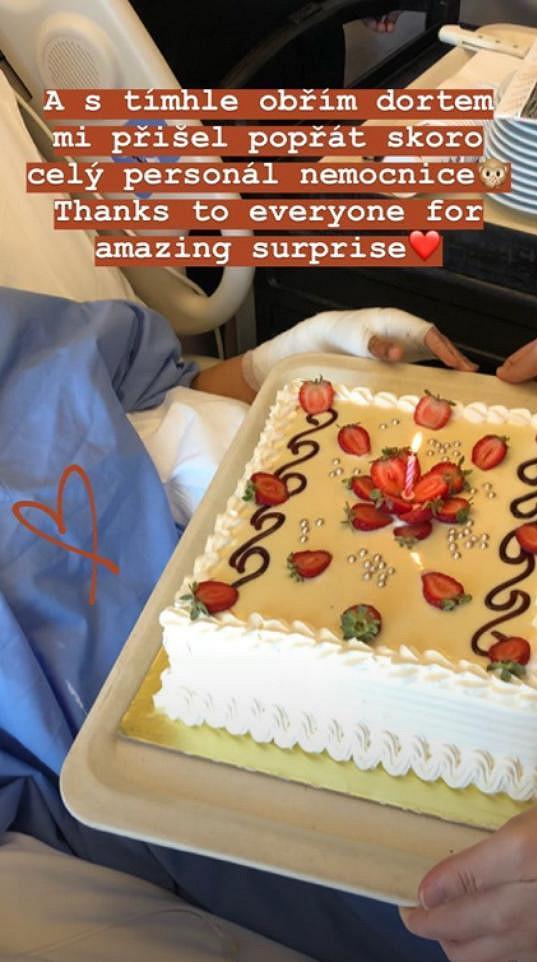 Od zaměstnanců turecké nemocnice dostala dort.