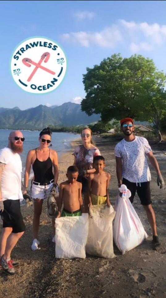 Do čištění pláží se zapojila Simona s manželem Karlem, Yemi, kamarádka Beata i místní.