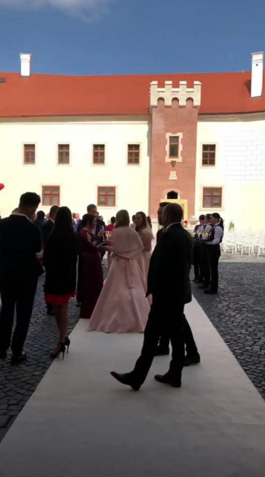Na nádvoří se odpoledne sešli svatebčané.