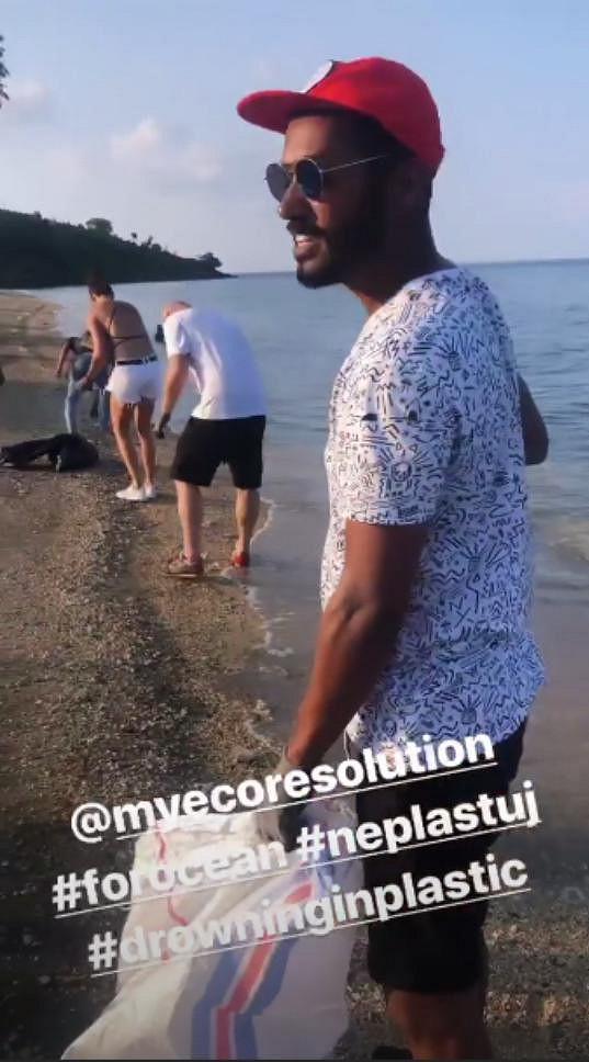 K čištění pláží přivedl modelku její kamarád Yemi A.D.