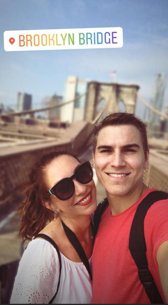 Během dovolené v USA před svou partnerkou herec pokleknul.