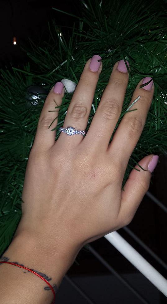 Na Štědrý den jí nasadil zásnubní prsten.