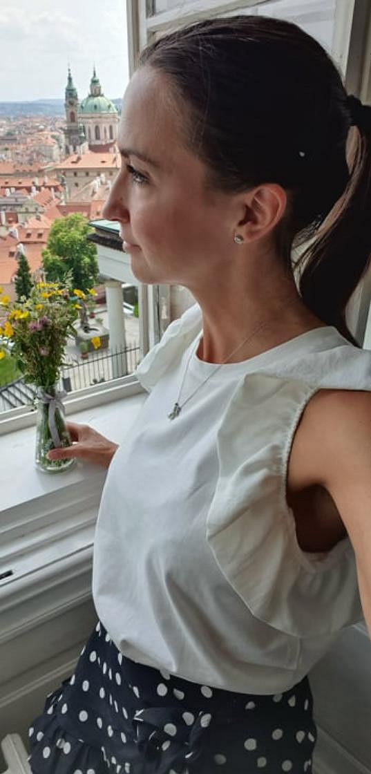 Lucie Gelemová a její výhled z kanceláře na Pražském hradě