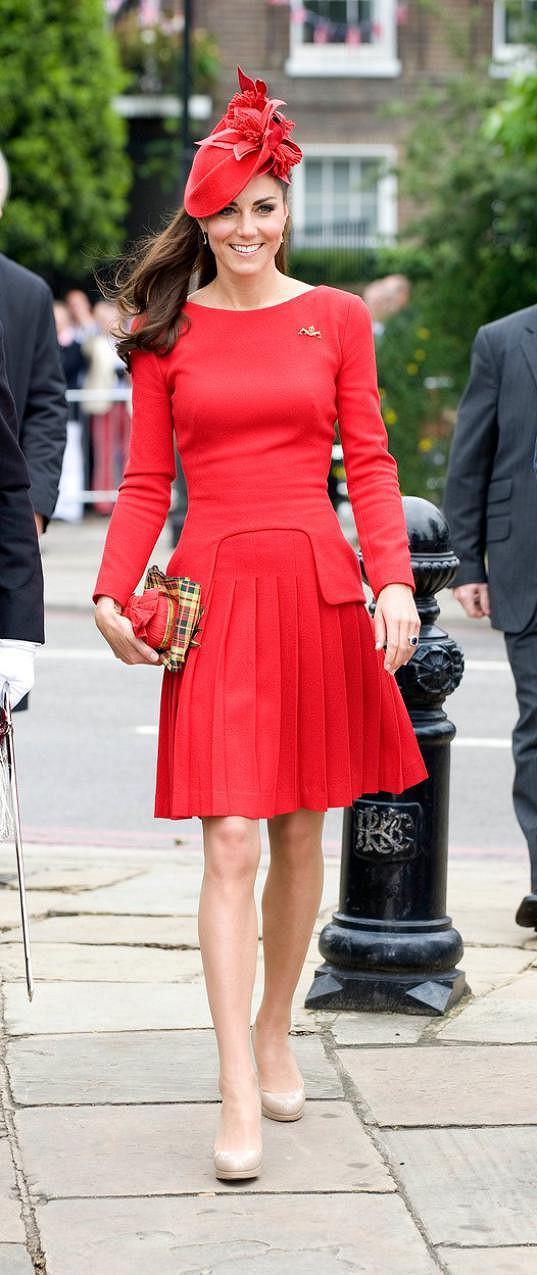 Kate v šatech od Sarah Burton