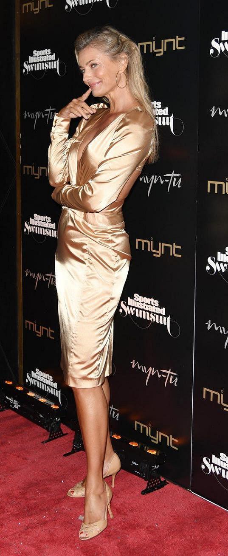 Zlaté šaty zářily na její opálené kůži.