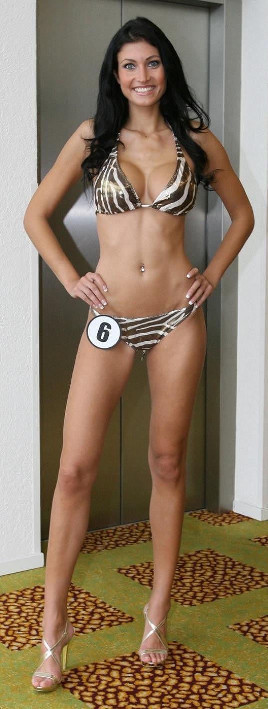 Julie Zugarová v soutěži Česká Miss, kde ještě měla silikonové trojky.