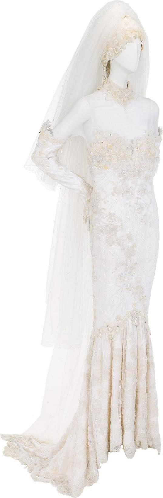 Velkou vzácností v aukci jsou zpěvaččiny svatební šaty.