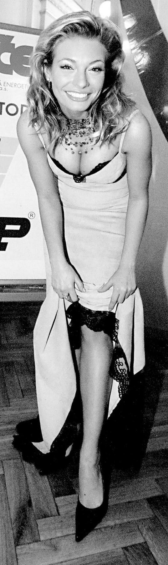 Stejně jako dnes často nosila velké výstřihy.