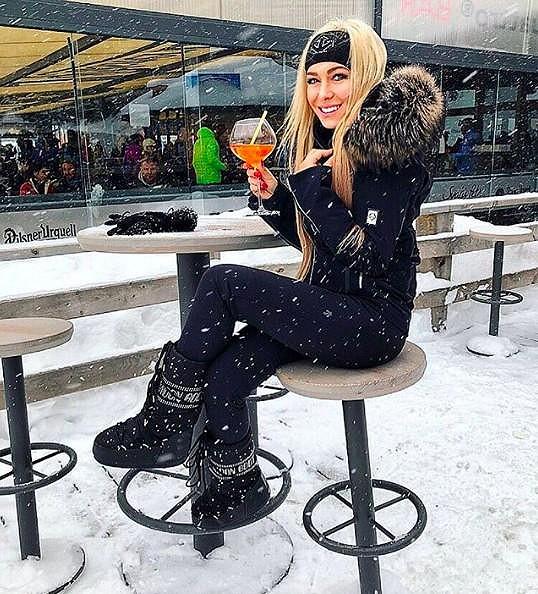 Na lyže se neodvážila. V baru pod svahem byla spokojenější.