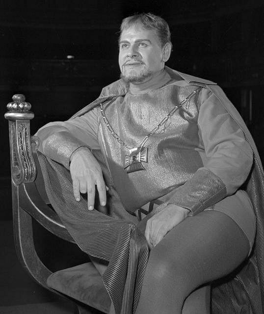 Vítězslav Vejražka byl především divadelní herec. Hrál mimo jiné Hamleta.