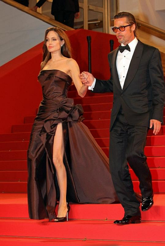 Pitt svou partnerku přidržoval při chůzi ze schodů.