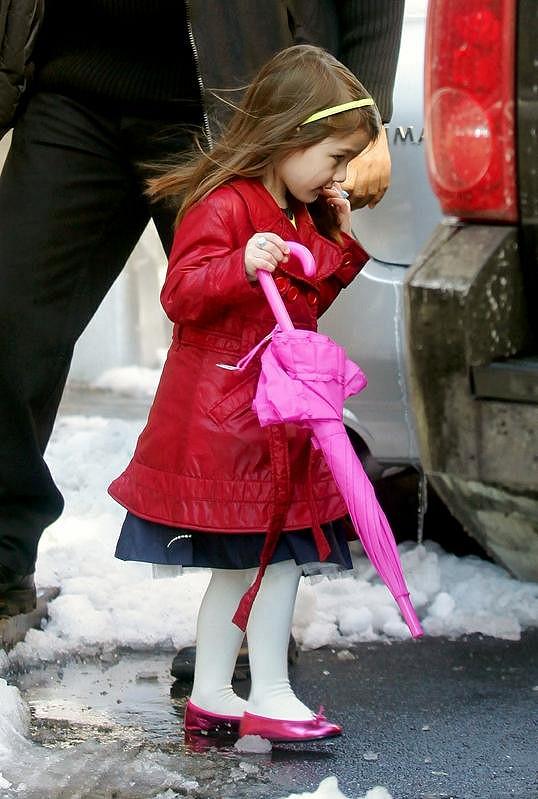 V šatníku malé dcerky Toma Cruise je oblečení nejznámějších světových módních značek.