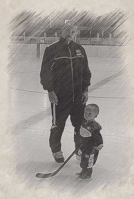 Tomáš Plekanec zapózoval se synem Matyášem na ledě. V prosinci mu budou dva roky, ale už z něj roste hokejista.