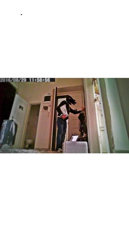Michal si doma nechal nainstalovat kameru. Díky tomu zloděje viděl přes mobil.