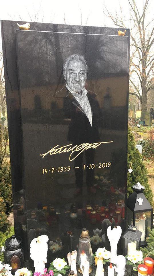 K hrobu Karla Gotta dorazil Timo krátce po příletu do Prahy. Fanoušky tím ale spíš pobouřil.