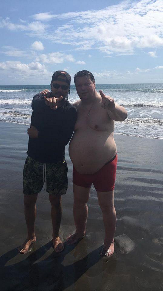 Timo Tolkki si s kamarádem Antonem Darussem užívá na pláži.