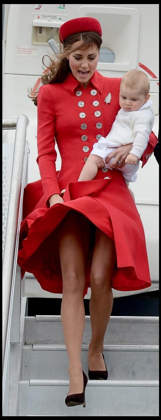 Kate si na poslední chvíli stihla sukni přidržet.