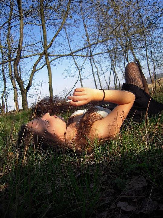 Dcera Báry Basikové Anna miluje zjevně kouření i přírodu.