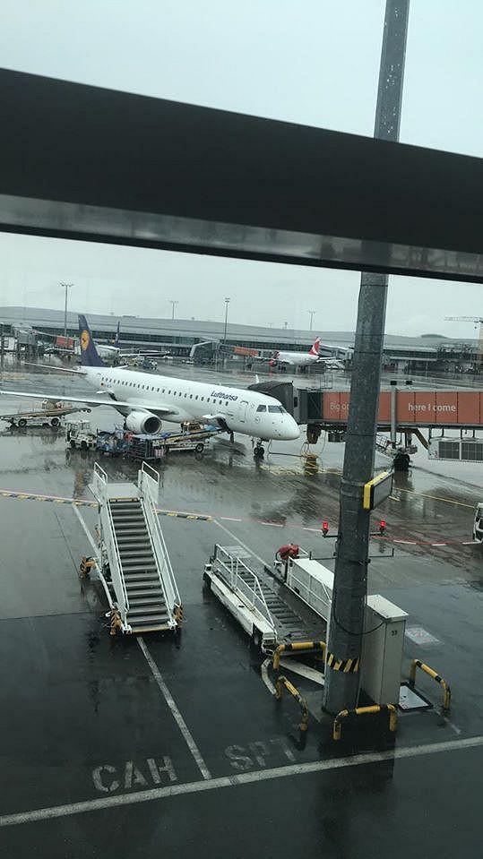 Teď už by měl letět přes Frankfurt do Finska.