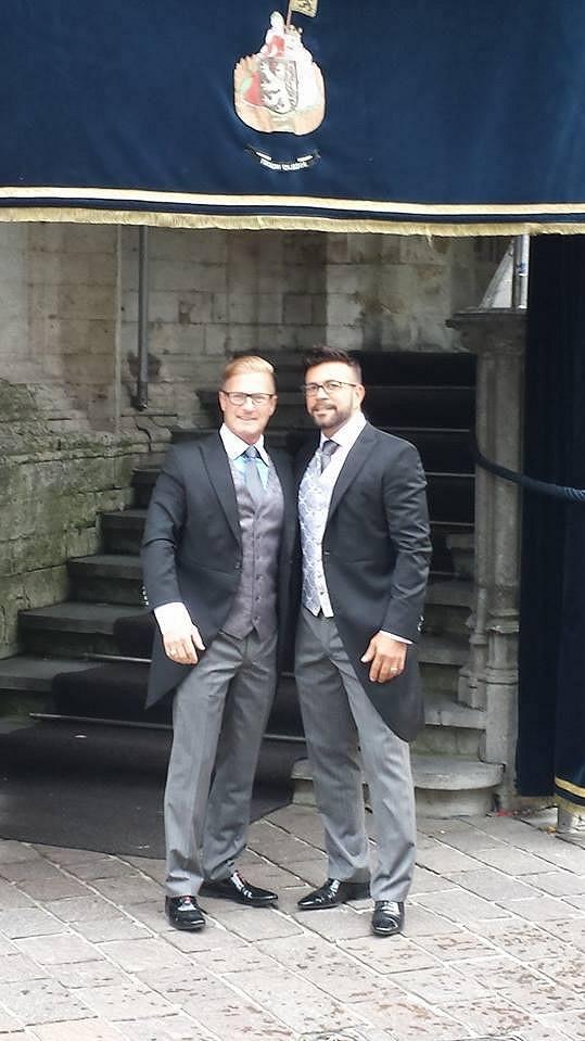 Pánové si ve svůj den D oblékli velmi podobné žakety.