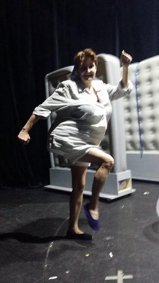 Eva Holubová trénuje choreografii.