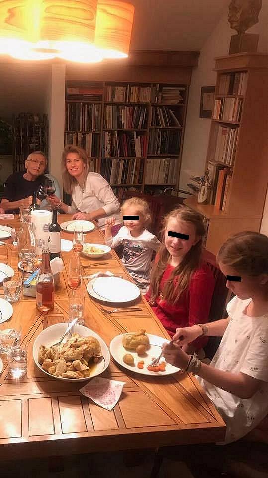 Doma na režiséra čekala uvítací rodinná večeře.