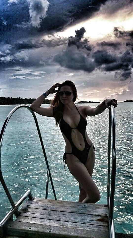 Romana si užívá líbánky na Maledivách.