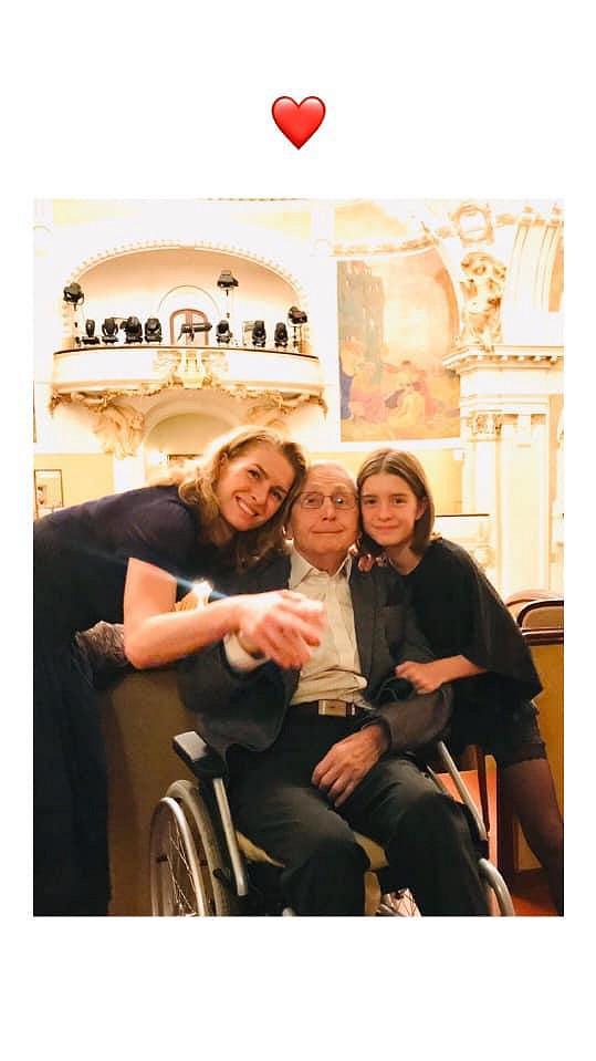 Jiří Menzel s manželkou a dcerou na koncertě, kde zazněly mimo jiné melodie z jeho filmů.
