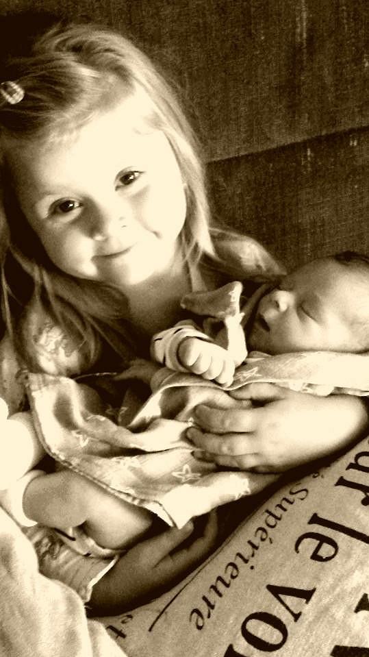 Čtyřletá dcera Antonie Talackové a Igora Bareše si chová malého brášku.