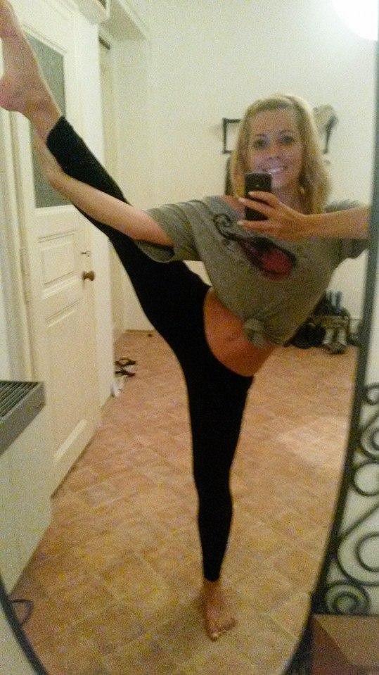 Zpěvačka zkouší kvůli choreografii, kam až je její tělo schopné zajít.