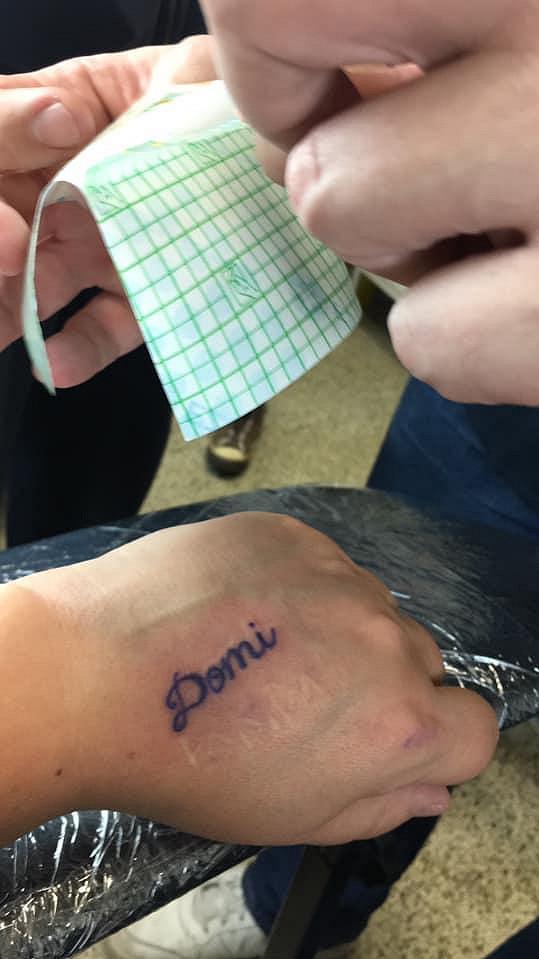 Manžel Dominiky Gottové si v Praze nechal na ruku vytetovat její jméno.