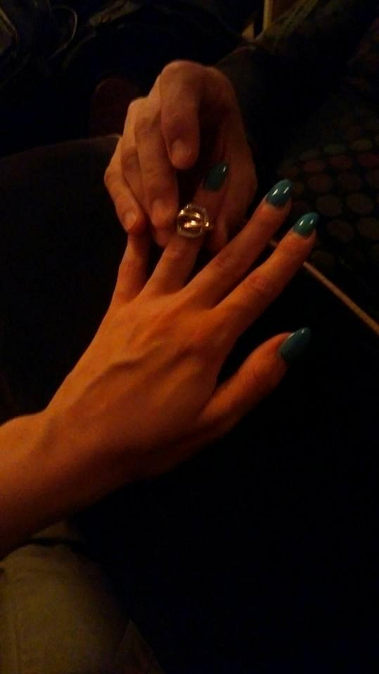 Partner navlékl modelce prsten z francouzského šperkařství Cartier.