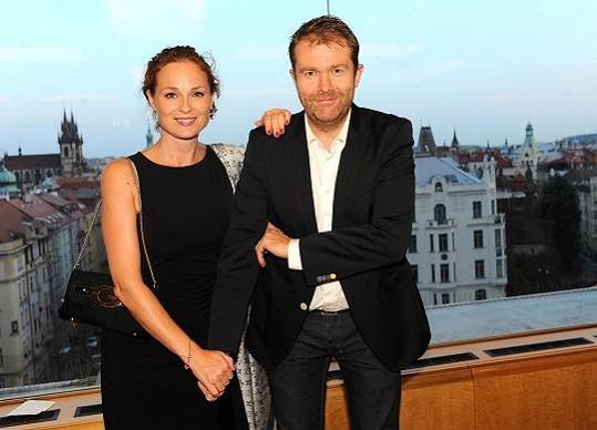 Markéta Hrubešová s manželem na párty.