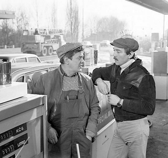 Snímek ukázal některé nekalé praktiky na benzínkách za komunismu.