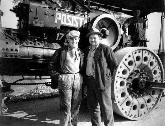 Při natáčení komedie Hej rup! (1934) s Voskovcem a Werichem usmrtil parní válec herce epizodních rolí Adolfa Marka.
