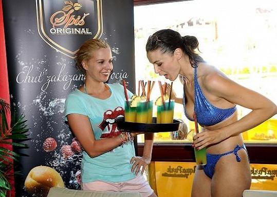 Katka si zahrála na servírku a přinesla Ivě drink.