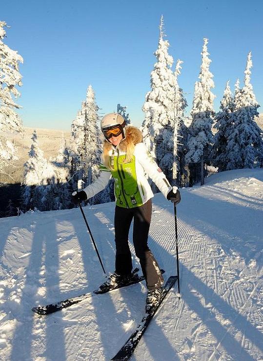 Dara lyžuje teprve rok.