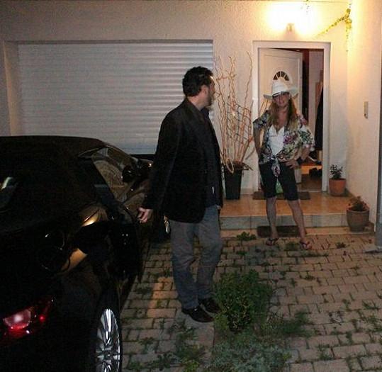 Iveta Bartošová se svým partnerem Domenicem Martuccim několik minut před odjezdem do Itálie.
