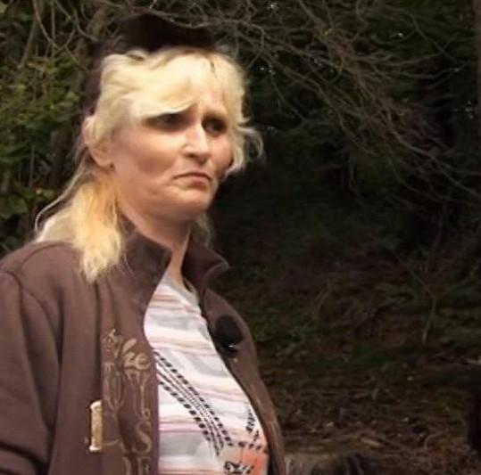 Katarina nebyla hledáním hub nadšená.