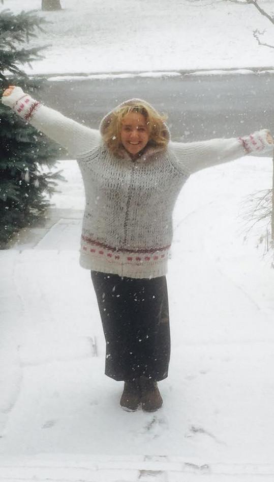 Zachumlaná do svetru vítala zimu i v minulých letech.