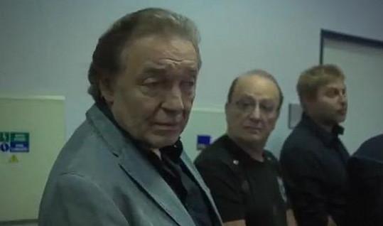 V klipu si zahráli také Karel Gott a Petr Janda.
