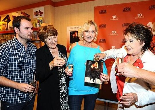 Na knize s Petrem Mackem spolupracovala i Helenina sestra Zdena. Za kmotřičku šla Jiřina Bohdalová.