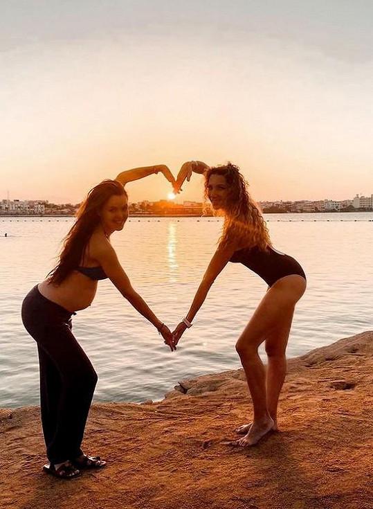 U moře si užívala s kamarádkou Liliou Khousnoutdinovou.