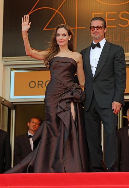Krásná Angelina Jolie mává davům filmových fanoušků.
