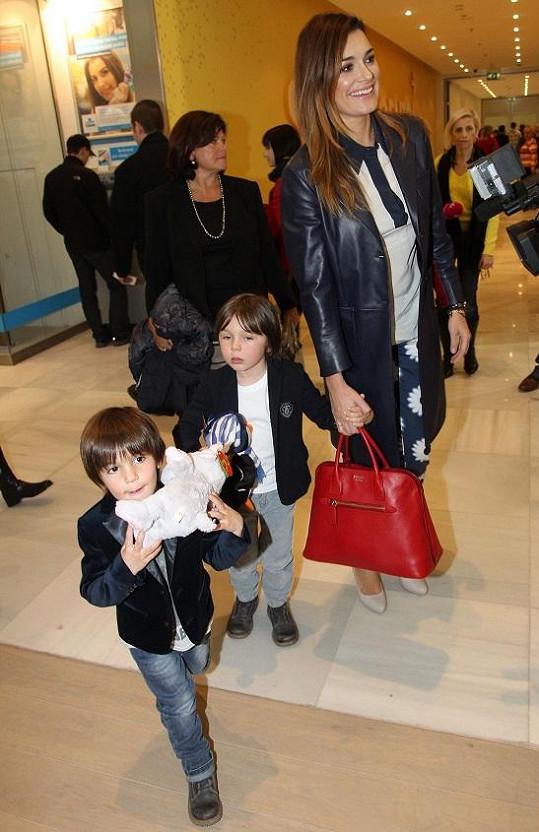 Alena se syny a s maminkou při příchodu do obchodního centra.