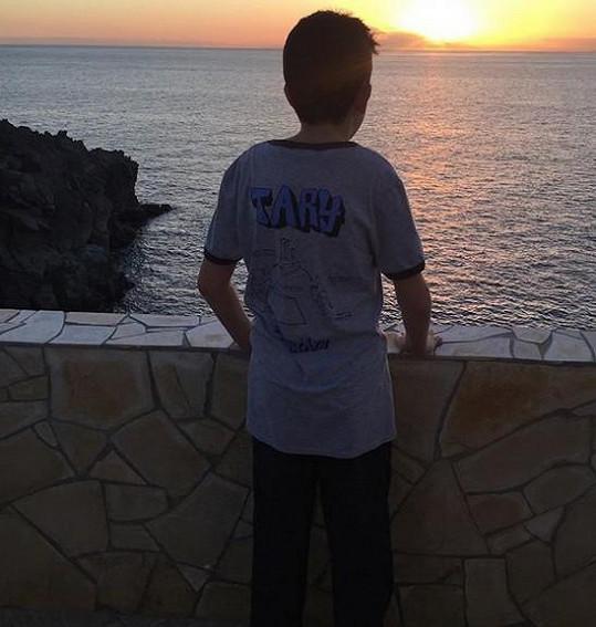 Moře si užívají i děti Alice Bendové. Na snímku pozoruje západ slunce hereččin syn Vašík.
