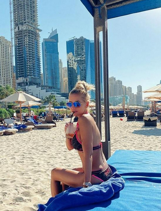 Dara Rolins si dopřála trochu slunce v Emirátech.