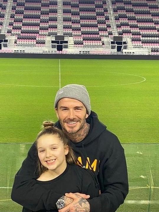 S tátou Davidem na fotbalovém stadionu.