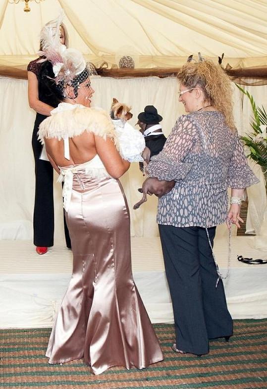 Obě majitelky se svými mazlíčky při svatebním obřadu.